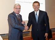Clariant-CEO Hariolf Kottmann (links) und Huntsman-Präsident und CEO Peter R. Huntsman. (Bild: Siggi Bucher/Keystone (Zürich, 22. Mai 2017))
