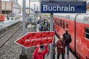 Helfer zeigen den Besuchern, die mit dem «Churchill» angereist sind, wo es lang geht. (Bild: Nadia Schärli)