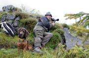 Ein Urner Jäger beobachtet in der Nähe des Klausenpasses Wildtiere. (Archivbild Florian Arnold)