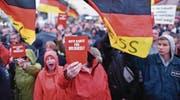 Demonstranten protestieren in Finsterwalde (Brandenburg) während einer Wahlkampfveranstaltung der CDU gegen Bundeskanzlerin Angela Merkel. (Bild: Ralf Hirschberger/DPA (6. September 2017))