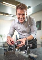 Alois Jenny demonstriert die Funktionsweise eines Linearmotors. (Bild: Roger Grütter / Neue LZ)