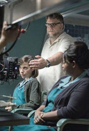 Guillermo del Toro beim Dreh mit den Schauspielerinnen Sally Hawkins (links) und Octavia Spencer. (vorne: del Toro, Hawkins, Richard Jenkins).PD