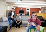Emmer Jugendliche gamen in ihrem neuen Lokal. (Bild: Corinne Glanzmann)