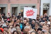 Der Sparkurs der Regierung stösst immer wieder auf Kritik. Im Bild aufgebrachte Studenten, die Sparübungen in der Bildung verurteilen. (Bild: Dominik Wunderli / Neue LZ)