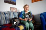 Anna Keller mit einem alten Familienfoto ihrer Mutter. Unten die Mutter Laura D'Oriano auf einem undatierten Bild. (Bild: Nadia Schärli)