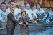 Der abtretende Verwaltungsratspräsident der Luzerner Kantonalbank, Mark Bachmann, übergibt das Ruder seiner Nachfolgerin Doris Russi Schurter. (Bild: Boris Bürgisser (Luzern, 12. April 2017))