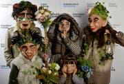 Eine Maskenfamilie posiert beim Fotoshooting der Luzerner Zeitung. (Bild: LZ)