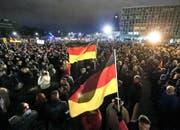 Die Pegida-Demonstration lockte am Montag 15 000 Leute nach Dresden. (Bild: AP/Jens Meyer)