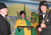 Wey-Zunftpräsident Werner Rast, der neue Weibel Roland Eicher und der frisch gekrönte Wey-Zunftmeister Bruno Spörri (von links). (Bild Marlis Jungo/Neue LZ)