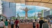 Blick auf das Gelände der Expo 2015 in Mailand. In der Mitte ist der «Tree of Life» zu sehen. (Bild: Pius Amrein (20. Juni 2015))