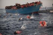 Erschütternde Bilder übers Meer flüchtender Menschen haben die Politik aufgeschreckt. (Bild: Emilio Morenatti/Keystone (Sabratha, 29. August 2016))