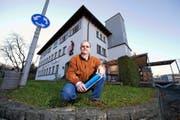Anwohner André Koller vor dem «Bücher Brocky» in Reussbühl, auf dem die Sunrise eine Mobilfunkantenne bauen will. In der Hand hält Koller einen Flyer, mit dem er die Anwohner über das Vorhaben informieren will. (Bild Dominik Wunderli)