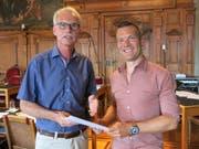 Grünen-Präsident Marco Müller (rechts) übergibt das Rückzugsschreiben an Stadtschreiber Toni Göpfert. (Bild: pd (Luzern, 29. Juni 2017))