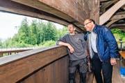 Roland Waldispühl von der Zimmerei Werner Bucher (links) zusammen mit dem Krienser Gemeindeammann Matthias Senn auf der restaurierten Brücke.