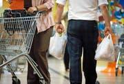Dieses Bild soll schon bald der Vergangenheit angehören: Ein Konsument trägt seine Einkäufe im Plastiksack nach Hause. (Bild: Keystone/Gaetan Bally)