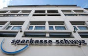 Der Hauptsitz der Sparkasse Schwyz. (Bild: Keystone / Sigi Tischler)