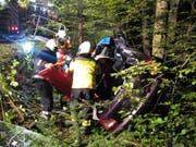 Für die Bergung des verletzten Autofahrers war hydraulisches Gerät notwendig. (Bild: Freiwillige Feuerwehr Zug)