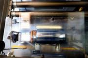 Die Perlen Packaging AG stellt Folien für hochwertige Medikamentenverpackungen her. Das Bild zeigt Mitarbeiter Radisav Bogicevic an einer Produktionsmaschine in Perlen. (Bild: Nadia Schärli)