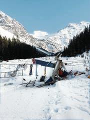Überreste des Flächenfliegers, der nach dem Start mit der Stahlseilbrücke kollidierte. (Bild: Kantonspolizei Graubünden (Arosa, 24. März 2018))