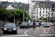 Blick Richtung Schwanenplatz. Wie kann Luzern den Verkehr in geordnete Bahnen lenken? Diese Frage wird zurzeit heiss diskutiert. (Bild: Corinne Glanzmann / Neue LZ)