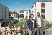 Judith Suppiger und Patrick Schnellmann im Sonnenhofquartier vor den Neubauten. Im Hintergrund eines der gelben Arbeiterhäuser der Viscose. (Bild: Corinne Glanzmann (Emmen, 11. September 2017))