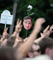 Demonstranten in Warschau werfen Justizminister Ziobro «Schande» vor. (Bild: Jaczek Turczyk/EPA (16. Juli 2017))
