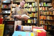 Im ersten Stock der Buchhandlung Hirschmatt ist neu das Schaulager der Büchergilde Gutenberg. Im Bild: Der Geschäftsführer Jörg Duss. (Bild: Archiv Neue LZ)