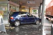 Das Auto kam erst im Schaufenster der Apotheke zum Stillstand. (Bild: Luzerner Polizei)