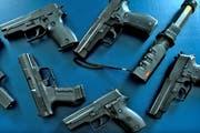 Im Symbolbild: Waffen, die von der Luzerner Polizei sichergestellt worden sind. (Bild: Nadia Schärli)