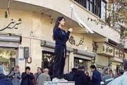 Ikonisch: Mit dieser Geste sorgte die Iranerin Vida Movahed weltweit für Aufsehen. (Bild: Screenshot CBC (Teheran, 27. Dezember 2017))