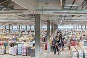 Zahlreiche Besucher besichtigten gestern die riesige Halle des Aldi-Verteilzentrums in Perlen. (Bild: Philipp Schmidli (Perlen, 14. Mai 2017))