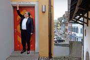 Pirmin Meier auf dem Rundgang in Beromünster: Im Haus neben dem Stiftungstheater war früher eine Schule samt Metzgerei untergebracht, wie die Inschrift «Schol» (Metzgerwaage) zeigt. (Bild Nadia Schärli)