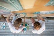 Bei den Arbeiten auf dem 20 Meter hohen Gerüst ist Fingerspitzengefühl gefragt. (Bild: Isabelle Jost (Luzern, 4. Juli 2017))