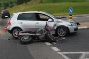 An beiden Fahrzeugen entstand durch den Zusammenstoss ein Totalschaden, schreibt die Polizei. (Bild: Zuger Polizei)