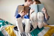 Belesenheit und Intelligenz sind sexy. Dem kann auch ein schlechter Geschmack punkto Socken nichts anhaben. (Bild: Getty)