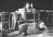 Peter Stein beobachtet liegend eine Probe am Schauspielhaus Zürich 1969. (Bild: Leonard Zubler)