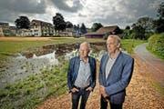 Sempach nimmt einen neuen Anlauf für ein Seehotel. Peter Eltschinger von der Remimag Gastronomie AG (links) und Stadtpräsident Franz Schwegler vor der Seevogteiwiese, wo das Hotel geplant ist. (Bild Pius Amrein)