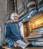 Joseph Röösli (82) bei der Orgel in der Pfarrkirche Hitzkirch. (Bild: Nadia Schärli (18. Februar 2018))