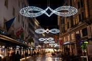 Die Weihnachtsbeleuchtung am Grendel wurde am Donnerstagabend angezündet. (Bild Boris Bürgisser)