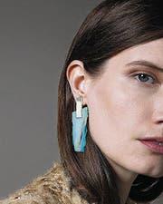 Steinige, trendy Ohrringe von Kathleen Whitaker.