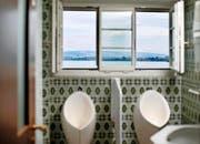 Die Fliesen in der Toilette des Hauses «Fischerstube» und der Blick auf den Chamer Kirchturm bedeuten für den Autor Heimeligkeit. (Bild Stefan Kaiser)