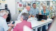 Josef Stirnimann und Fernando Bisonti geben Claire Strebel nützliche Tipps (im Bild hinten, von links). (Bild: Maria Schmid (Hünenberg, 6. Juli 2017))