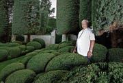 Fredi Herbert (80) im Garten seines Hauses in Rapperswil-Jona. Der frühere Ringhändler verfolgt täglich das Geschehen an den Börsen. (Bild: Nadia Schärli (23. Juli 2014))