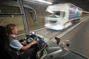 Ein Carchauffeur fährt anlässlich der gestrigen Medienführung durch den Gotthard-Strassentunnel. Ginge es nach den Befürwortern einer zweiten Röhre, würden ihm künftig keine Lastwagen im Tunnel entgegenfahren. (Bild: Keystone / Urs Flüeler)