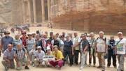 Erlebten eine 18-tägige Kreuzfahrt voller Kontraste: die Teilnehmerinnen und Teilnehmer der Leserreise vom vergangenen November. Hier posierte die Reisegruppe mit Reiseleiter Renato Probst in der Königsstadt Petra vor dem Eingang zur Schatzkammer des Pharao.
