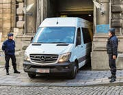 Carles Puigdemont wird im Polizeiauto zum Brüsseler Justizpalast gebracht. (Bild: Geert Vanden Wijngaert/Keystone (17. November 2017))