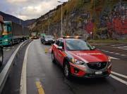 Bei der Abzweigung Richtung Morschach leitet die Feuerwehr den Verkehr um. (Bild: Geri Holdener / Bote der Urschweiz)