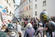 Um die 100 Personen versammelten sich zu einer bewilligten Kundgebung zum Thema «Du bist wertlos» und «Solidarität ohne Grenzen» vor dem Luzerner Regierungsgebäude. (Bild: Keystone / Urs Flueeler)