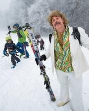 Von links oben im Uhrzeigersinn: Jung und Alt warten auf ihren Einsatz am Plauschrennen in Herlisberg. Auch Viktor Giacobbos Figur Harry Hasler ist mit von der Partie. Während die Skifahrer starten, bibbern die Zuschauer in der Kälte. (Bild: Eveline Beerkircher (Herlisberg, 22. Januar 2017))