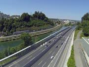 Atelierbauten unterhalb des Autobahnviadukts Lochhof - Reussegg: Davon hält der Luzerner Stadtrat nichts. (Bild: René Meier (Luzern, 8. Juni 2014))